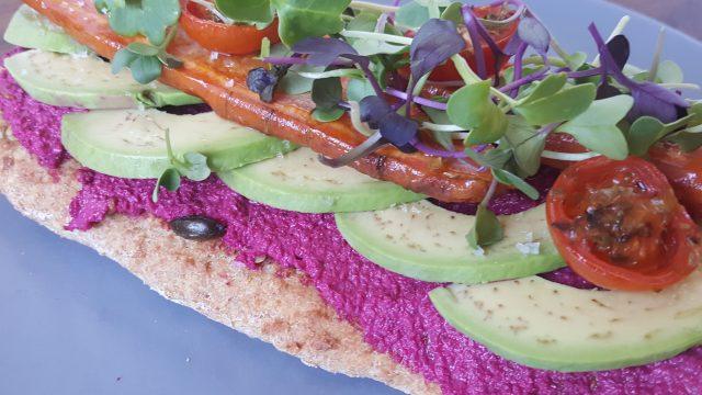 Receta de Tortas: Torta con pate de remolacha, aguacate y verduras al horno con brotes frescos - www.coquinare.com - Dulces Recuerdos